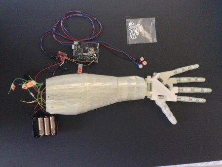 robotic arm2 450x338 - Crea un brazo robotico impreso en 3d y controlado por la voz