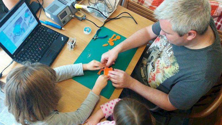 """petduino2 - Petduino, una """"máscota"""" para enseñar a los más jóvenes el mundo Maker"""