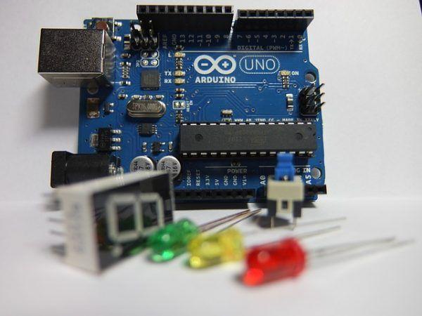 arduino uno 600x450 - 10 vídeotutoriales de Arduino explicados por Massimo Banzi