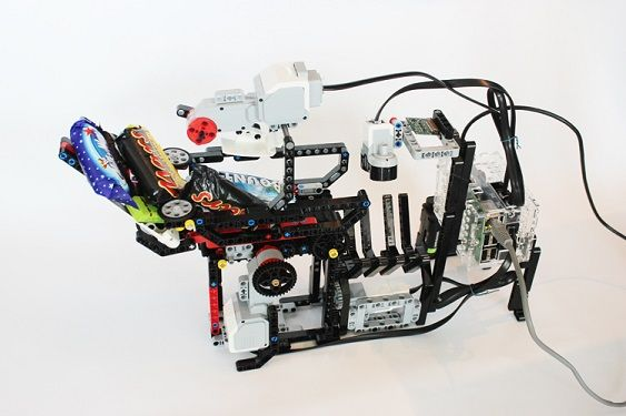halloween robot pi2 - Un dispensador de chuches inteligente con Raspberry Pi y piezas de LEGO