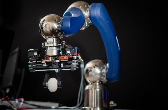 pinza robotica cogiendo huevo - Kinder, una pinza robótica que utiliza imanes para absorber los golpes