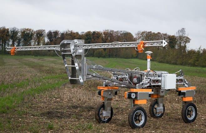 """robot granjero - Un robot agrícola autónomo limpia las malezas con """"rayos""""."""
