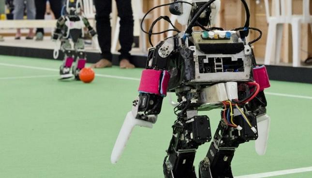 robot humanoide jugando al futbol - ¿Qué es un robot? ¿y la Robótica?