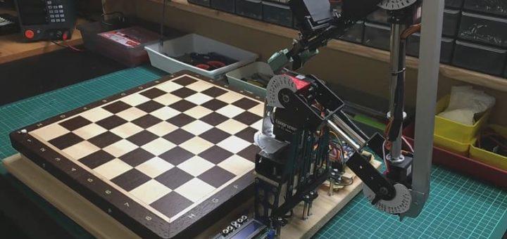 brazo robotico jugando Ajedrez