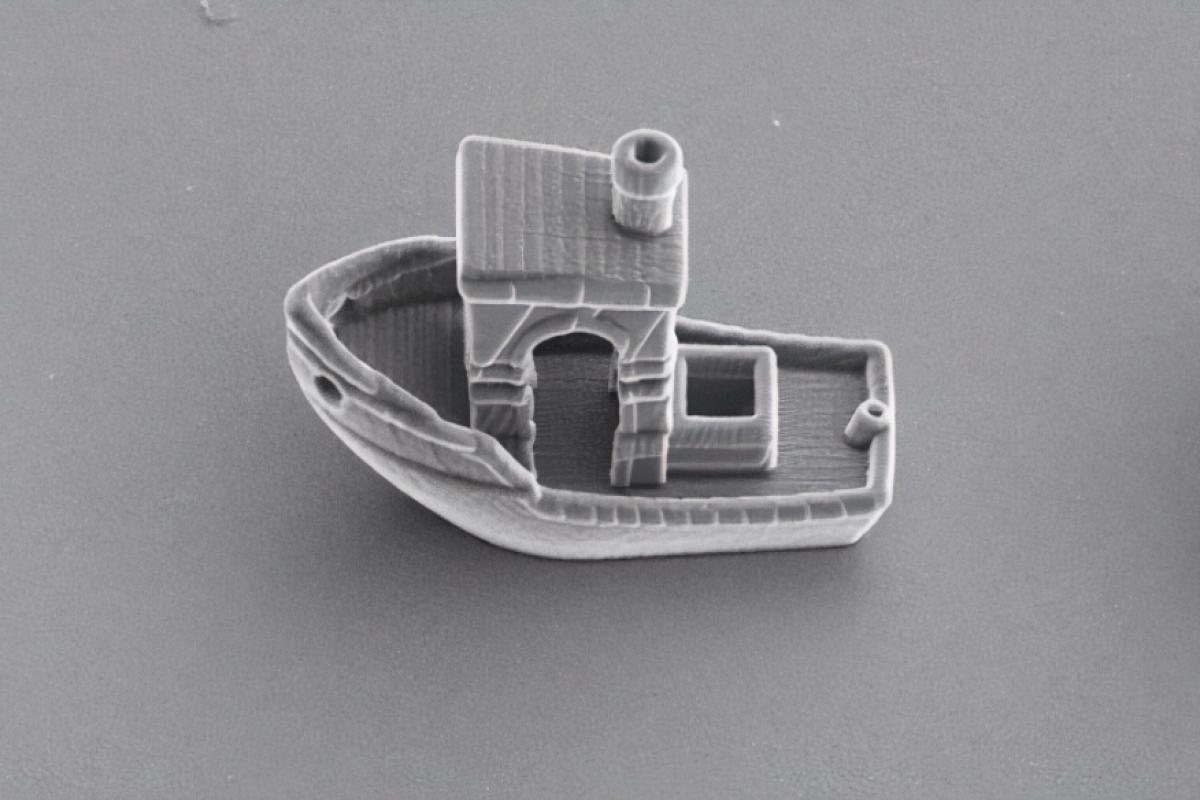3dbenchy is a tiny 3d printed boat just a third o - El barco más pequeño del mundo es más delgado que un cabello humano