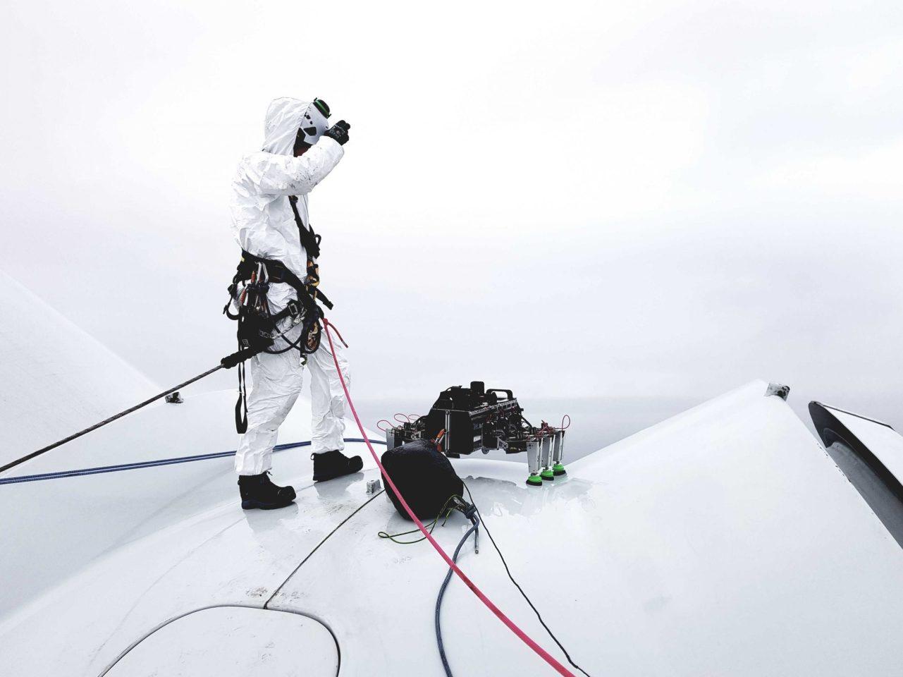 a robot called bladebug has carried out the first - Un robot se arrastra por una turbina eólica marina en su primer paseo