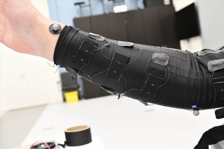 """en la imagen en la imagen incorporada en una man - El sensor de tensión """"Smart fabric"""" combina fuerza y sensibilidad"""