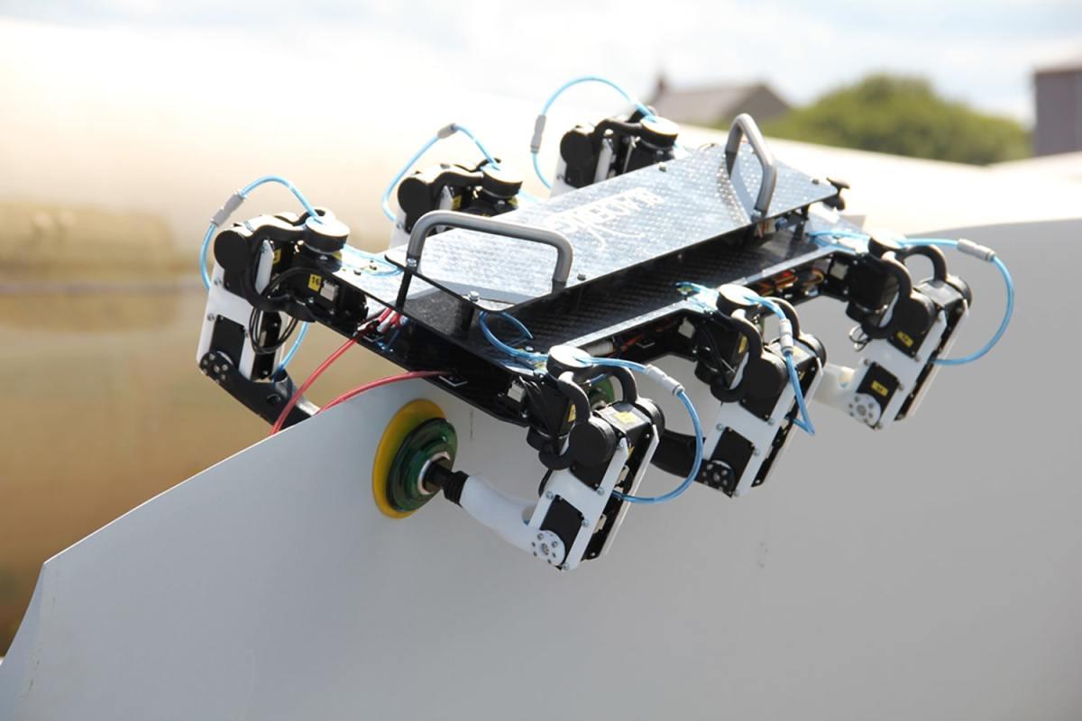 the bladebug robot crawls across turbine blades us - Un robot se arrastra por una turbina eólica marina en su primer paseo