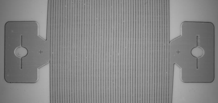 Una vista de cerca de las fibras de carbono conductoras con patrón del sensor