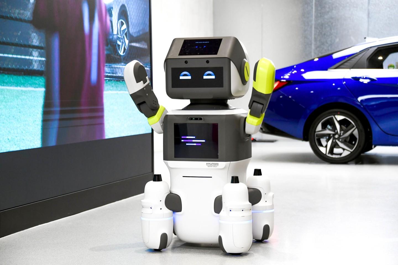 el robot dal e agitando felizmente los brazos y a - El nuevo robot interactivo de Hyundai conocerá y saludará a los clientes