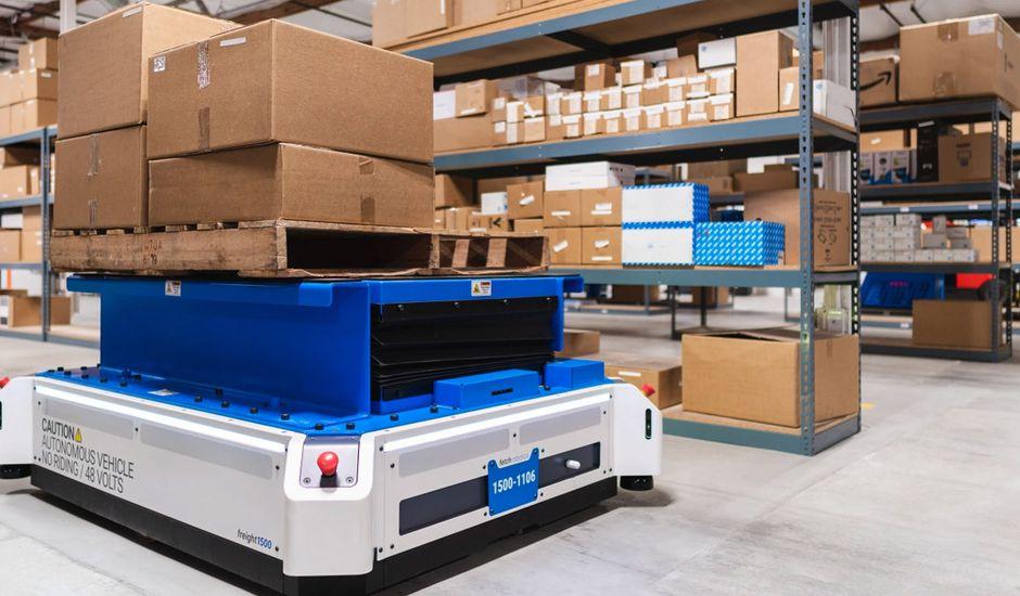 le robot pallettransport1500 dans un entrepot  - Este robot autónomo tiene como objetivo reemplazar las carretillas elevadoras en almacenes