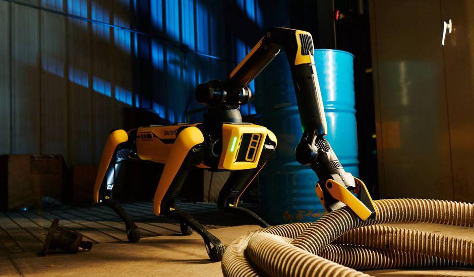 le robot spot tient un tuyau avec son bras robotiq - Boston Dynamics presenta la versión remasterización de Spot