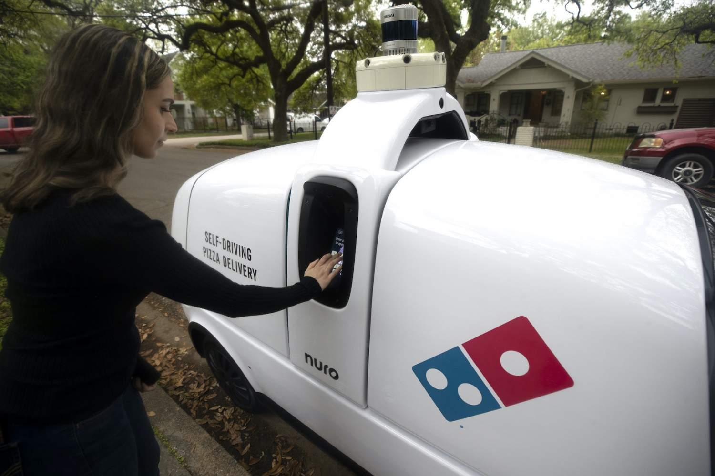 word image 3 - El robot autónomo de Domino's que reparte pizzas no necesita propinas