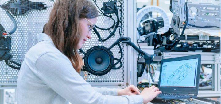 Una persona en frente de una computadora Descripción generada automáticamente con los medios de confianza