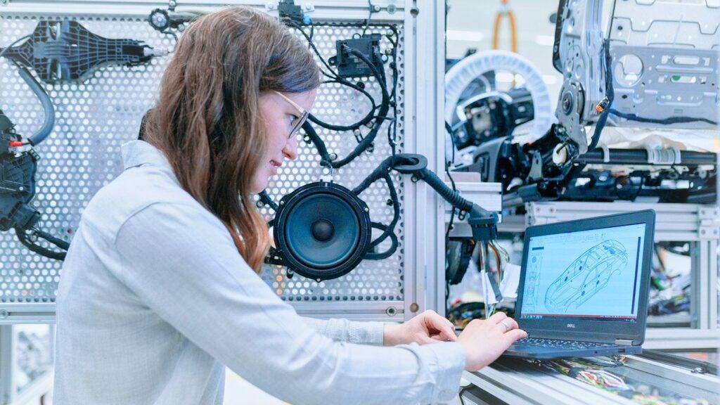 una persona en frente de una computadora descripc - Los 8 principales sectores de la robótica que crecerán en un futuro cercano