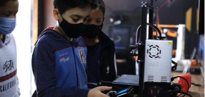 Un estudiante brasileño utilizando una impresora 3D de Creality.