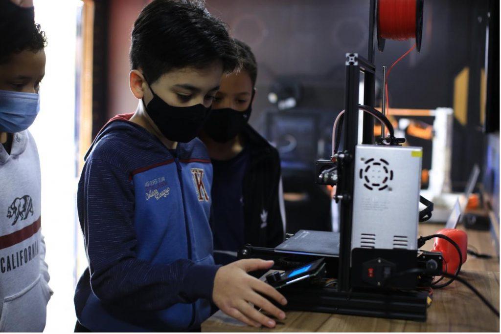 a brazilian student using a creality 3d printer  - Robótica e Impresión permiten a alumnos brasileños llegar al espacio