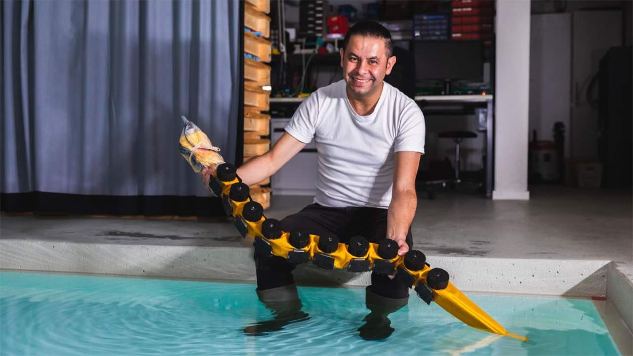 imagen que contiene hombre persona interior tab - La EPFL crea un robot nadador parecido a una anguila llamado AgnathaX