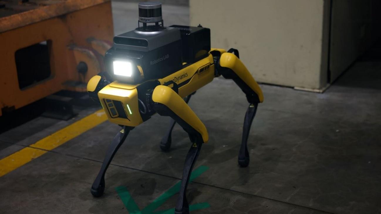 imagen que contiene piso interior pequeno cuart - El robot de servicio de seguridad de Hyundai se dedica a patrullar la fábrica
