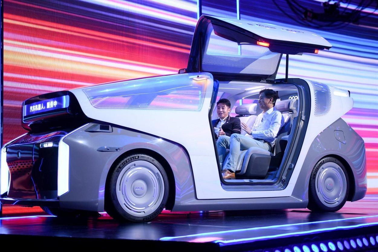 robin li pdg de baidu assis dans le prototype d - Baidu presenta el Robocar, un vehículo autónomo futurista
