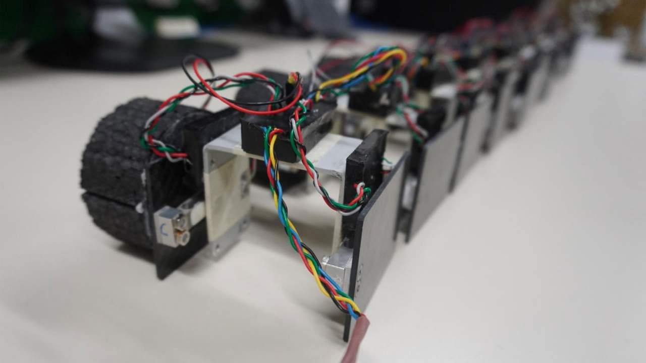 un circuito electronico descripcion generada auto - La EPFL crea un robot nadador parecido a una anguila llamado AgnathaX