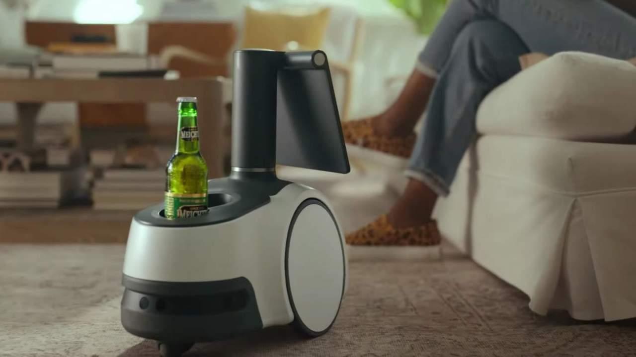"""astro hold my beer amazons home robot should - """"Astro, sostén mi cerveza"""": El robot doméstico de Amazon debería temer algo más que las escaleras"""