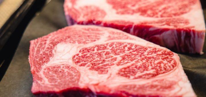 Dos trozos de carne de wagyu