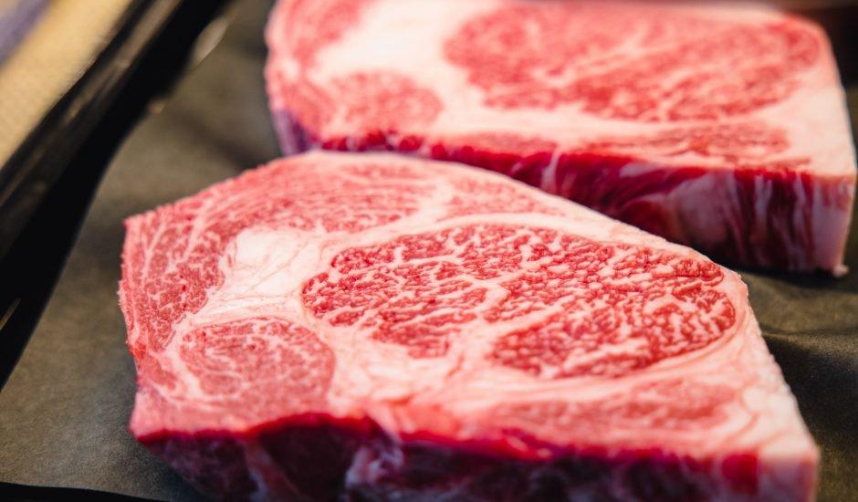 deux morceaux de boeuf wagyu - Científicos crean carne wagyu a partir de la impresión 3D