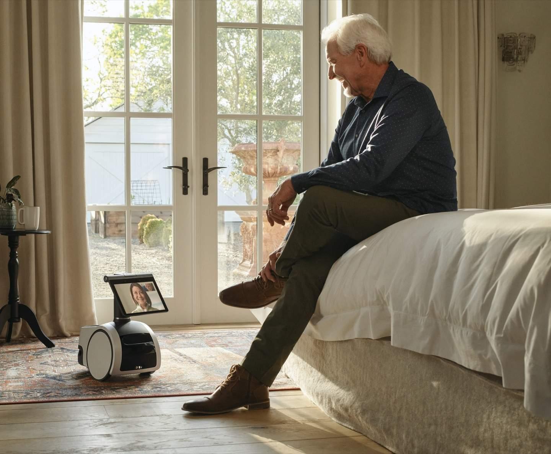 """hombre sentado en una cama descripcion generada a - """"Astro, sostén mi cerveza"""": El robot doméstico de Amazon debería temer algo más que las escaleras"""