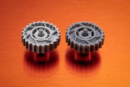 two gears printed with different 3d printing techn - ¿Cuánto cuesta imprimir en 3D? La pregunta del Millón