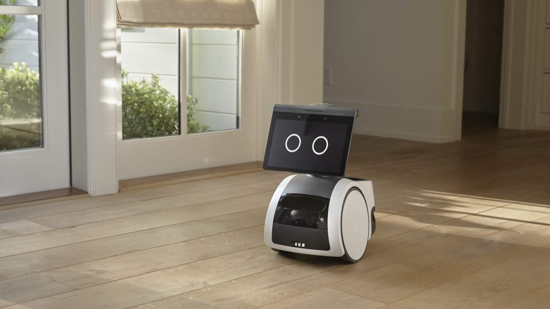 """una sala de estar descripcion generada automatica 2 - """"Astro, sostén mi cerveza"""": El robot doméstico de Amazon debería temer algo más que las escaleras"""